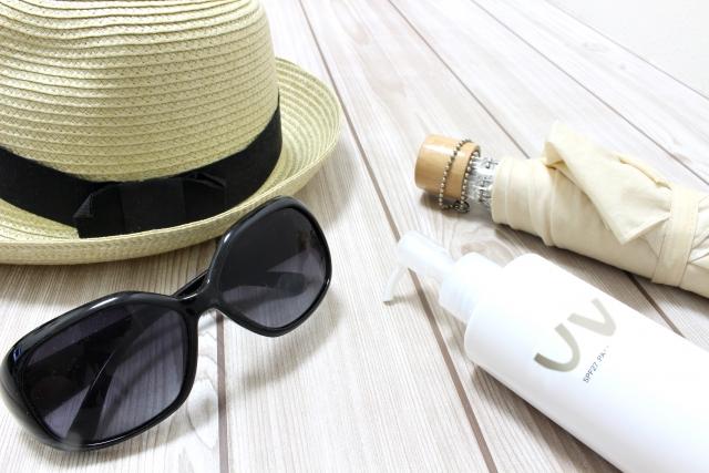 日焼け止め、帽子、サングラス、日傘