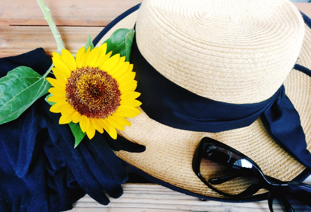 麦わら帽子とサングラスと手袋