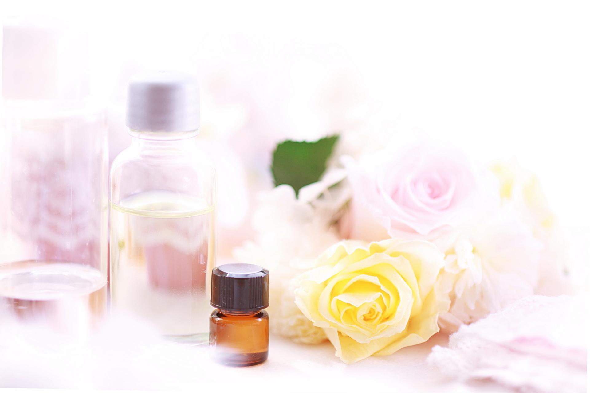 化粧品の瓶とバラ