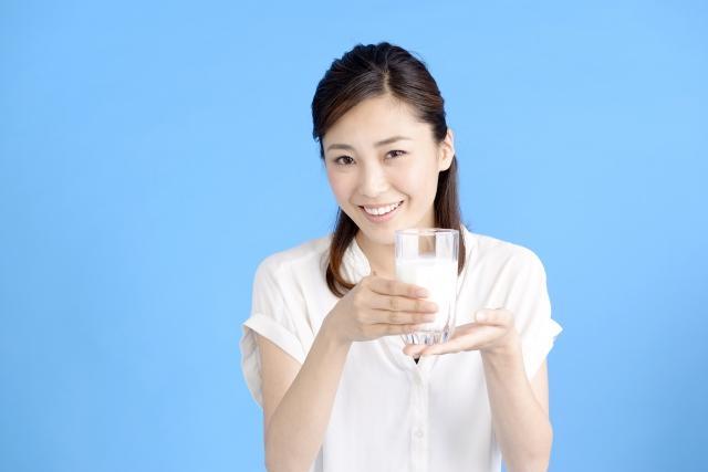 甘酒を飲む女性
